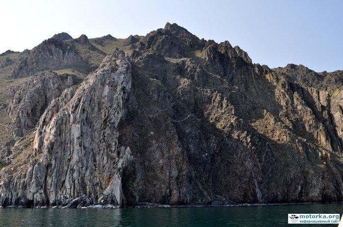 Скалы между Усть-Ангой и бухтой Ая